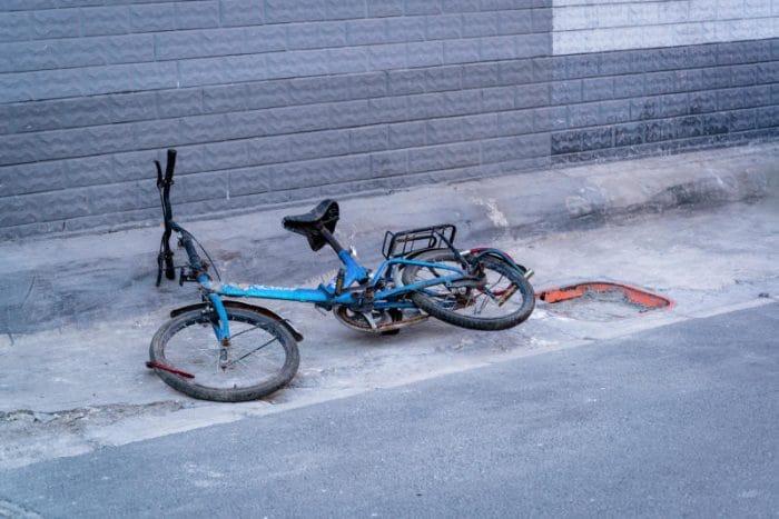 Perché la bici sta in equilibrio solo quando è in movimento?