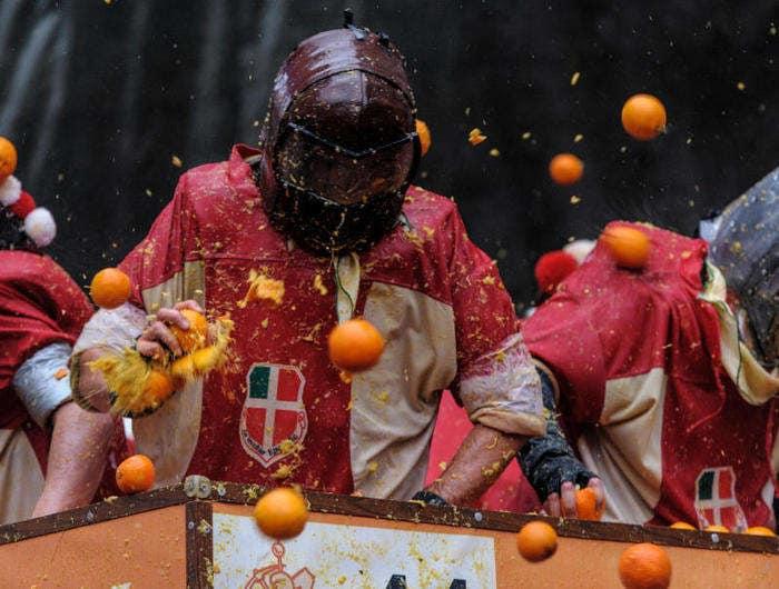 Carnevale di Ivrea: come è nata la famosa battaglia delle arance?