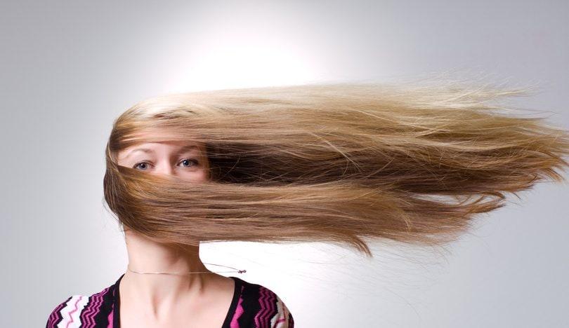 Si può sollevare una persona per i capelli?