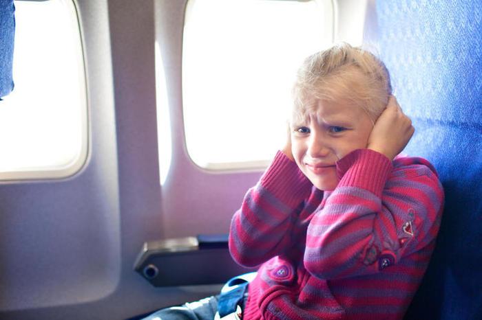 Perché volando in aereo si tappano le orecchie?