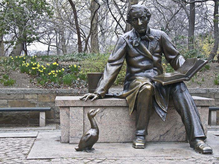 """Hans Christian Andersen: il 2 aprile nasceva il papà de """"La Sirenetta"""""""