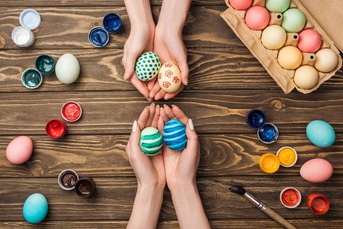 Lavoretti Pasqua: crea colori naturali per le uova decorate