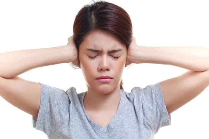Perché ci fischiano le orecchie?