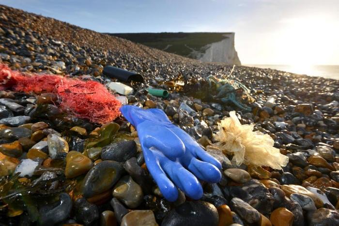 """""""Raccogliamo la plastica"""": parte l'iniziativa per ripulire le spiagge italiane!"""