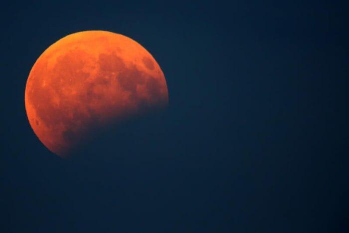 Stasera la Luna ci regalerà l'eclissi più lunga del secolo!