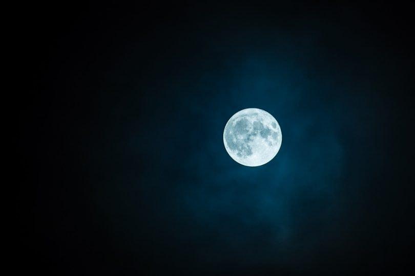 La Luna sulle note di Debussy