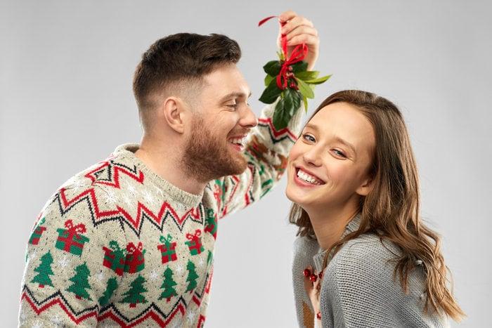 Natale: come mai ci si bacia sotto il vischio?