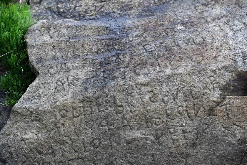 Mistero in Francia: qual è il significato della frase scritta sulla roccia misteriosa?