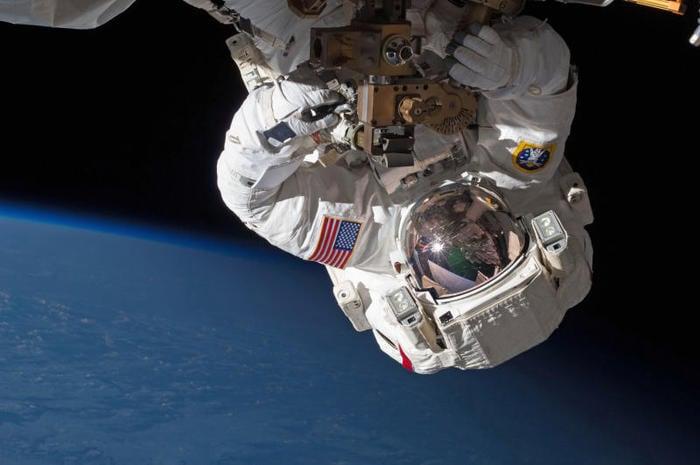 """Manutenzione dell'ISS: Parmitano torna a """"passeggiare"""" nello spazio"""