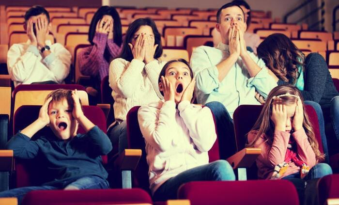 Come funzionano i divieti d'età per i film?