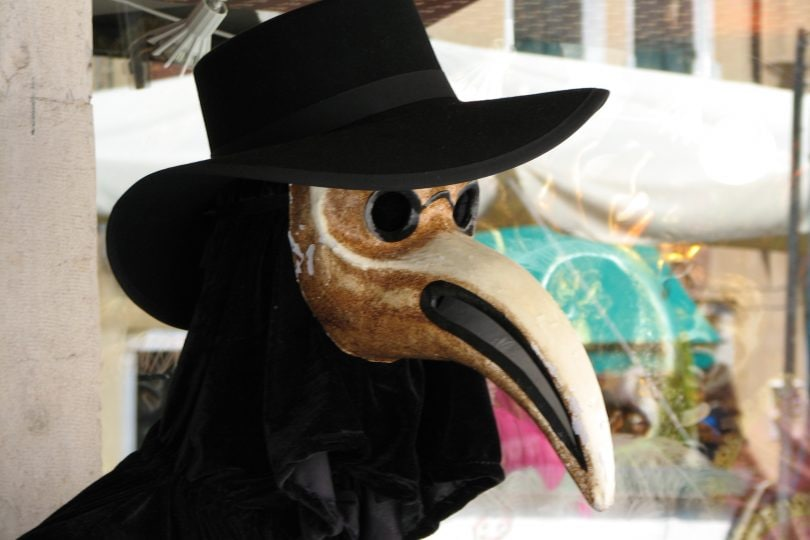 Perché i dottori della peste si vestivano da uccelli?