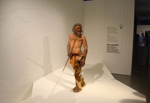 Moda: l'evoluzione dei vestiti da Ötzi a Lady Gaga