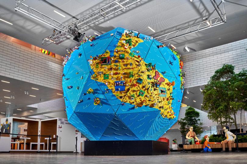 Un mappamondo gigante fatto con 350.000 mattoncini Lego