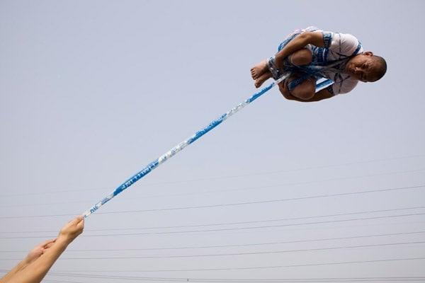 Illusioni ottiche: le foto volanti di Li Wei