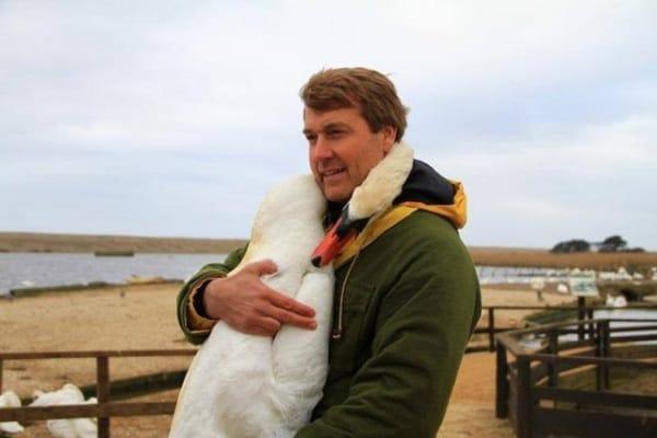 L'abbraccio del cigno al suo salvatore | Le foto