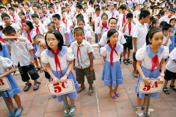 Loro a scuola ci vanno vestiti così | Le uniformi scolastiche nel mondo