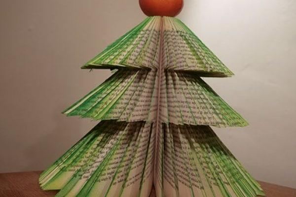 Come fare un albero di Natale riciclato da un vecchio libro