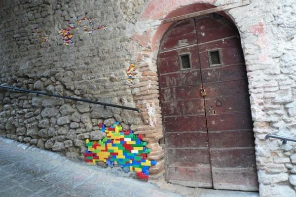 Riparare i muri con il Lego: i mattoncini colorati usati come stucco!