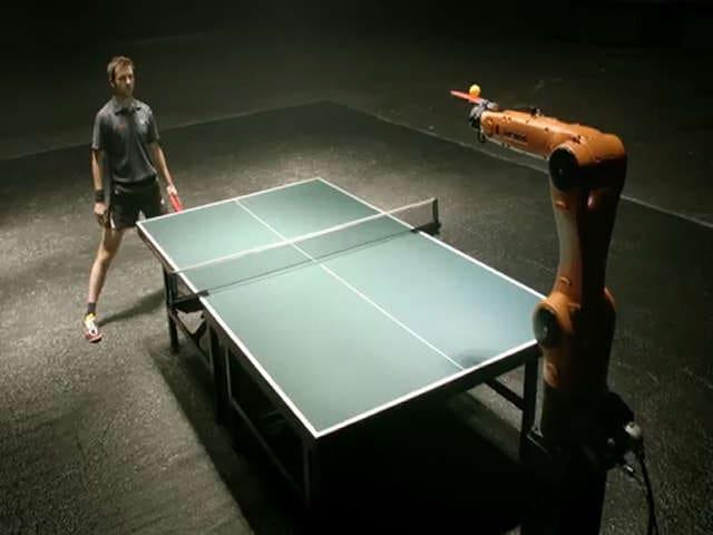 Un potente robot sfida un campione … a ping pong!
