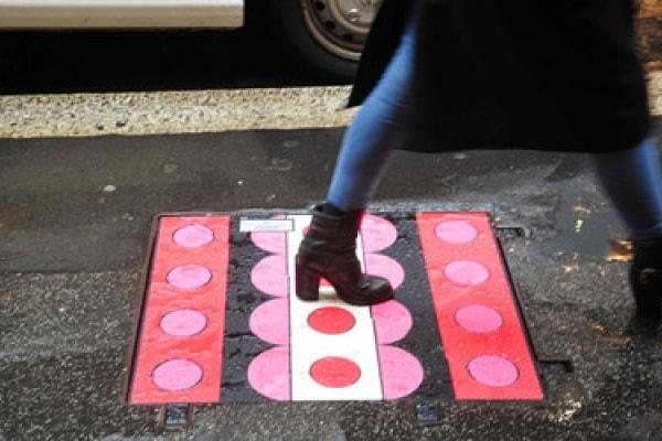 Tombini ad arte a Milano: la street art della moda