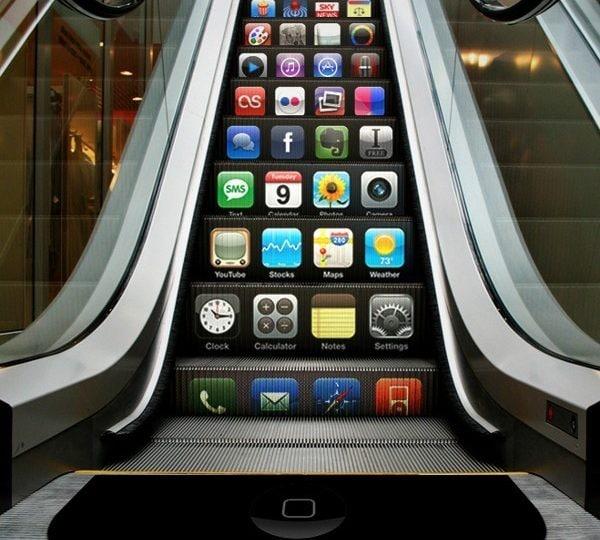 Scale mobili, panchine, strade: pubblicità strane e divertenti in città