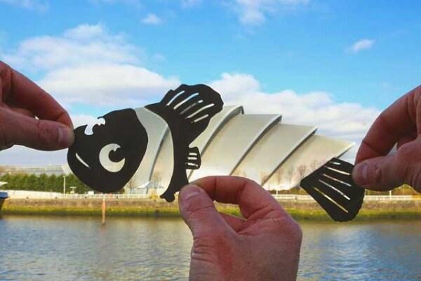 Con delle semplici sagome di carta un artista ha trasformato i paesaggi conosciuti