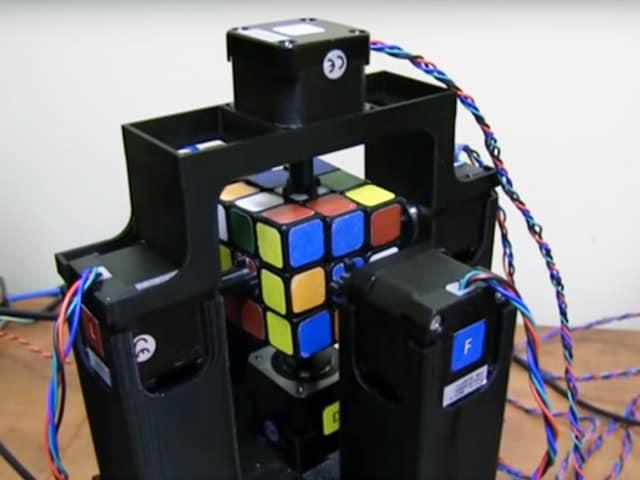 Un robot risolve il cubo di Rubik in un lampo