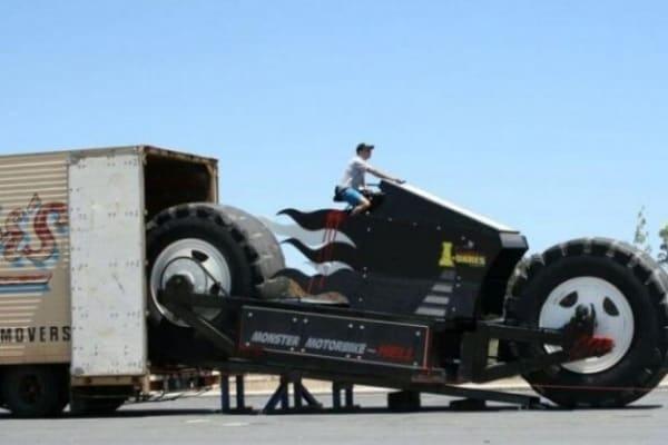 La moto più grande del mondo: sembra un videogioco ma è vera!