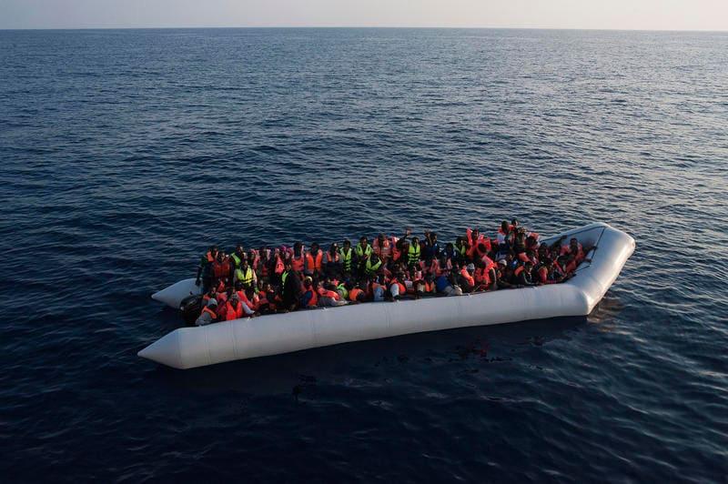 Gommone in classe per simulare il viaggio dei migranti