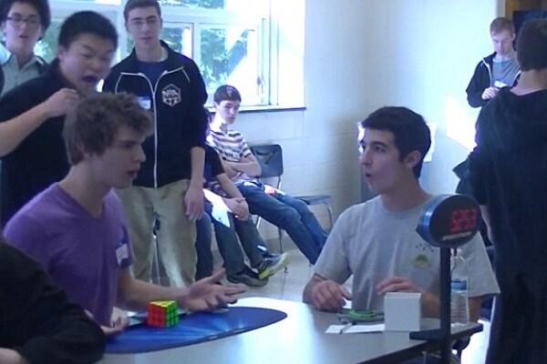 Teenager risolve il cubo di Rubik in 5,25 secondi. È suo il nuovo record del mondo!
