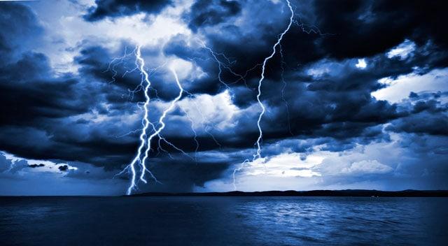 Risultati immagini per fulmini mare