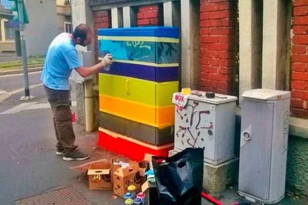 Street art per le centraline dei semafori a Milano