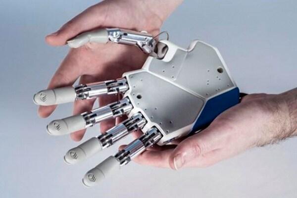 """La mano robotica che """"parla"""" con il cervello"""