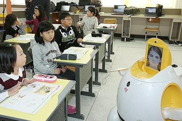 L'insegnante diventa robot. Giusto o sbagliato?