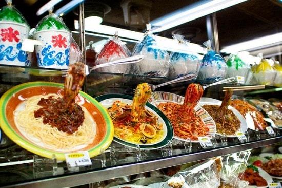 Cibo di maglia, cibo di plastica: guardare e non mangiare!