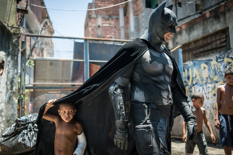 Batman nelle favelas brasiliane per aiutare i più deboli
