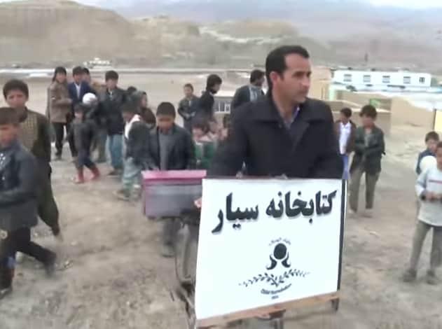 Il maestro in bicicletta che porta libri da leggere ai bambini dell'Afghanistan