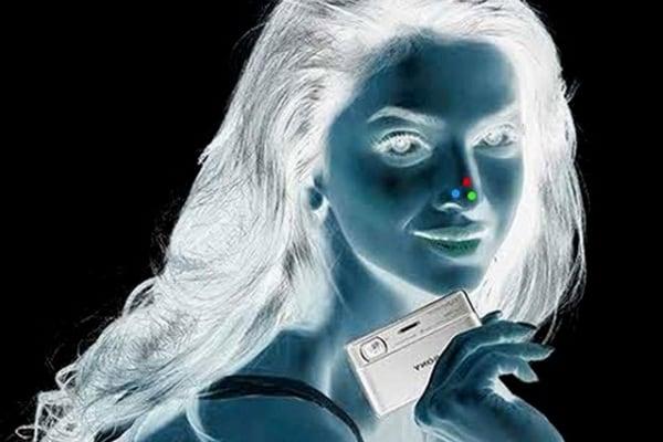 Illusioni ottiche: la ragazza è in negativo o è a colori?