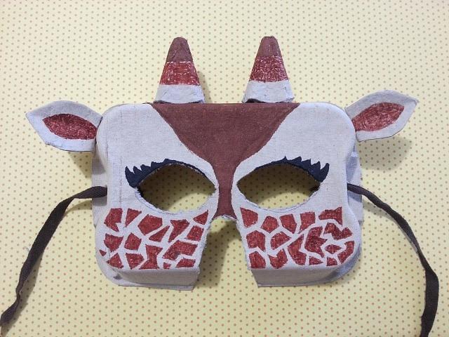 Come fare una maschera di Carnevale da un contenitore per le uova!