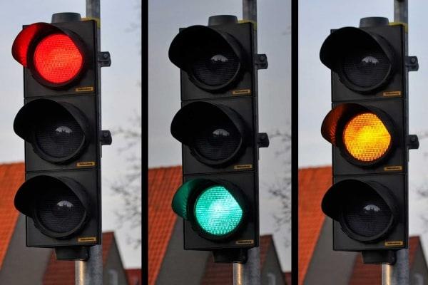 Perché il semaforo è rosso, giallo e verde?