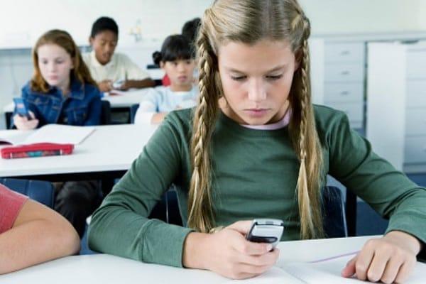 Addio cellulare a scuola: una app può disattivarlo!