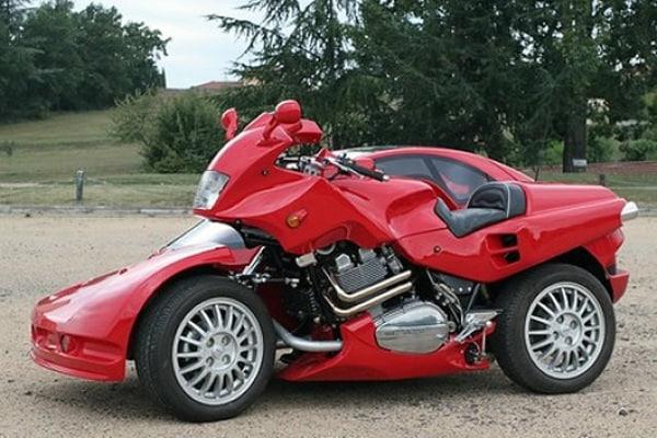 Metà auto e metà moto