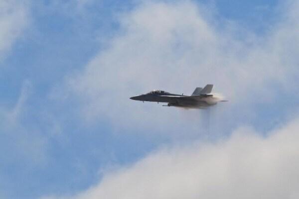 Jet immortalato mentre abbatte il muro del suono