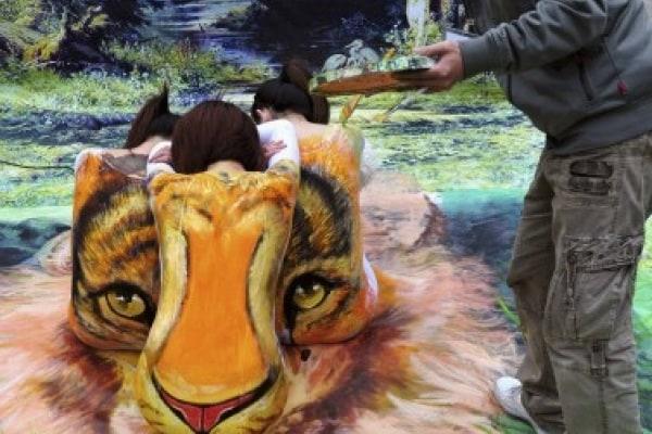 Curiosità animali: body painting a suon di tigri!