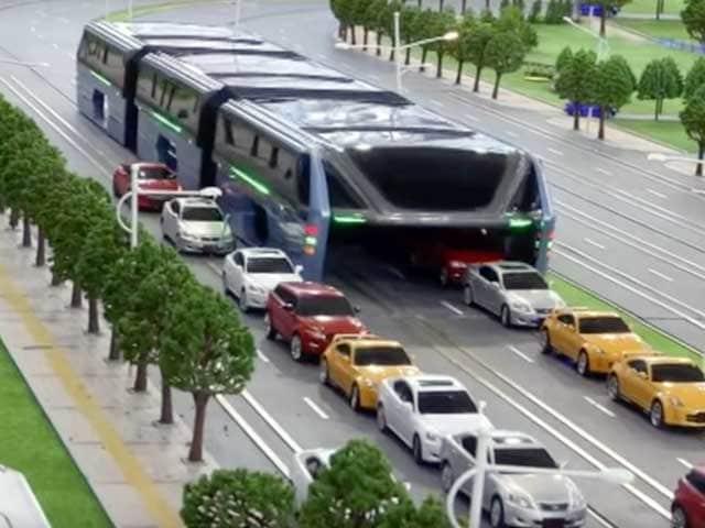 Tutti a bordo del maxi autobus sopraelevato!