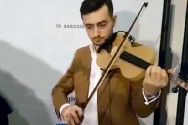 Luca Alessandrini e il suo violino fatto di tela di ragno