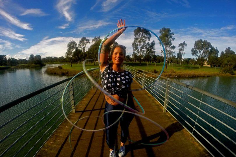 Coral Jade, campionessa australiana che gira il mondo con il suo hoola hop