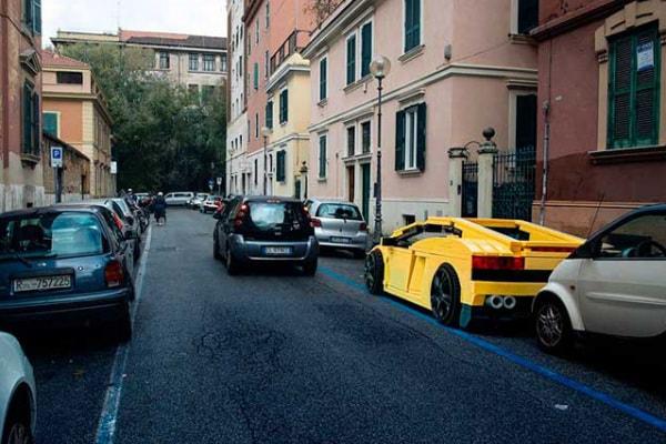 Fotografati dei veicoli fatti di Lego per le strade di Roma