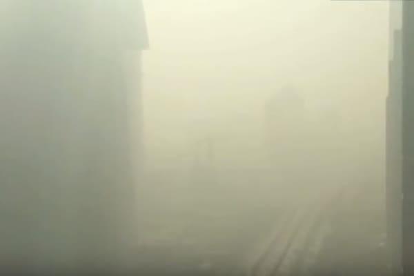 Una nube di smog avvolge Pechino e la città diventa invisibile!