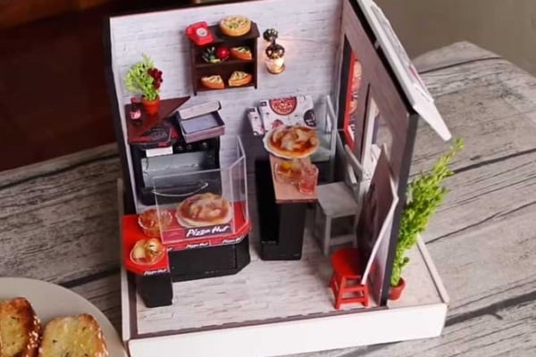 Una mini pizzeria con vera pizza in miniatrura